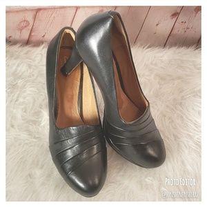 ■Clarks■ (7.5) Black Leather Layered Heels